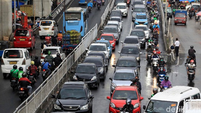 Sebanyak 4 daerah di DKI Jakarta mengalami lonjakan kasus Corona lebih dari 100 persen. Namun, mobilitas penduduk masih masif hingga terjadi kemacetan.