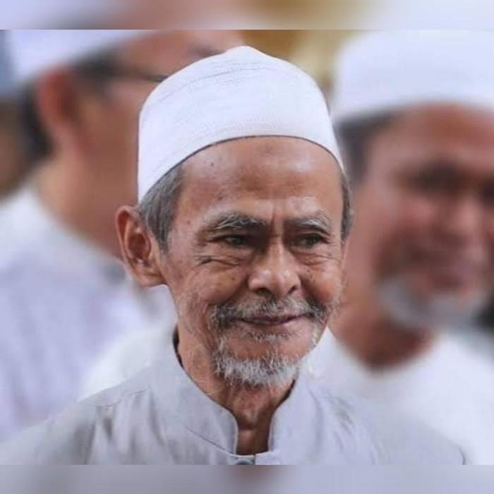 Pengasuh Ponpes Sidogiri Pasuruan, KH A Nawawi Abdul Jalil telah berpulang. Kisah keramat dan penuh keteladanan mengemuka setelah kepergiannya.