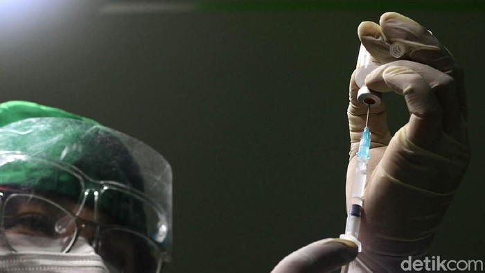 Warga antri untuk mendapatkan vaksin Sinovac yang disediakan oleh mobil keliling di depan pasar barang antik Ngarsopuro, Solo, Jawa Tengah, Selasa (15/6). Vaksin warga khusus untuk umur 50 tahun keatas dengan membawa KTP yang diterbitkan oleh Pemerintah Kota Solo. Dalam pelayanan vaksin tersebut dibatasi hingga 100 pemohon setiap harinya dengan lokasi yang berpindah-pindah hingga 30 Juni mendatang.