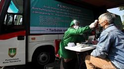 Pemkot Solo melakukan berbagai cara untuk mempercepat vaksinasi COVID-19. Kini Pemkot Solo melakukan jemput bola dengan menyediakan mobil keliling.