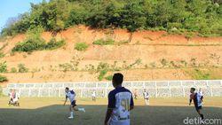 Lapangan Bola Desa di Nagreg: Tiada Lahan, Kaki Bukit pun Jadi