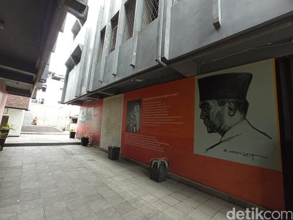 Dari pagar menuju kamar lapas ada lorong yang disisakan untuk cerita perjuangan Sukarno di sana.