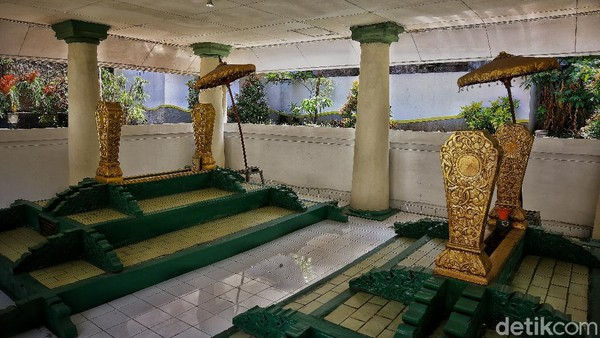 Di sebelah makam Raden Adipati Wiranatakusumah II Bupati Bandung ke-6, ada makam Nyi Raden Ayu Kendran yang merupakan garwa atau istirnya Rd. Adipati Wiranatakusumah II.