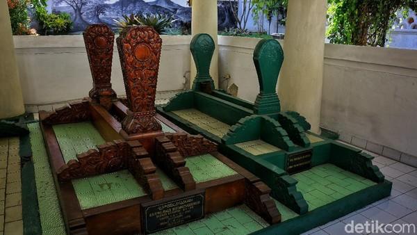 Lalu ada makam Bupati Bandung ke-15 Raden Tumenggung Male Wiranatakusumah, Hoofd merupakan penghulu Kabupaten Bandung, dan Raden Mochamad Soleh.
