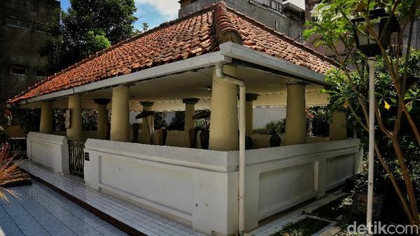 Ia kemudian dimakamkan di belakang Masjid Raya Bandung yang sekarang bernama Situs Makam Pendiri Kota Bandung RA Wiranata Kusumah II.