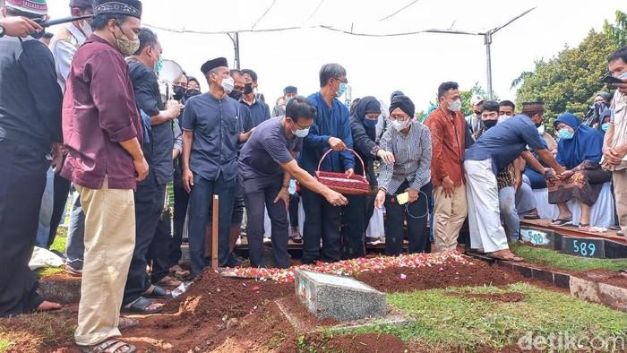 Markis Kido dimakamkan di TPU Kebon Nanas.