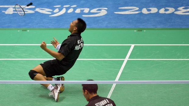 Kido Markis (L) and Hendra Setiawan of Indonesia  play against China's Fu Haifeng and Cai Yun in their men's doble gold m#medal match of the badminton event during the 2008 Beijing Olympic at the Beijing University of Technology Gymnasium on August 16, 2008. Markis and Setiawan defeated Cai and Fu by 12-21, 21-11, 21-16. AFP PHOTO/Indranil MUKHERJEE (Photo by INDRANIL MUKHERJEE / AFP)