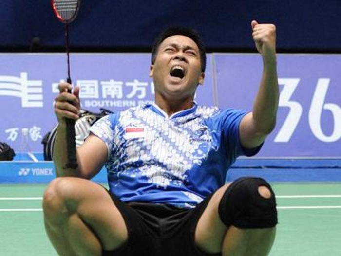 Markis Kido of Indonesia celebrates with his partner Hendra Setiawan (not in picture) after beating Lee Yong-Dae and Chung Jae-Sung of South Korea during their mens doubles badminton semifinals at the 16th Asian Games in Guangzhou on November 19, 2010. Kido and Setiawan won 21-15, 13-21, 21-18. AFP PHOTO / LIU JIN (Photo by LIU JIN / AFP)