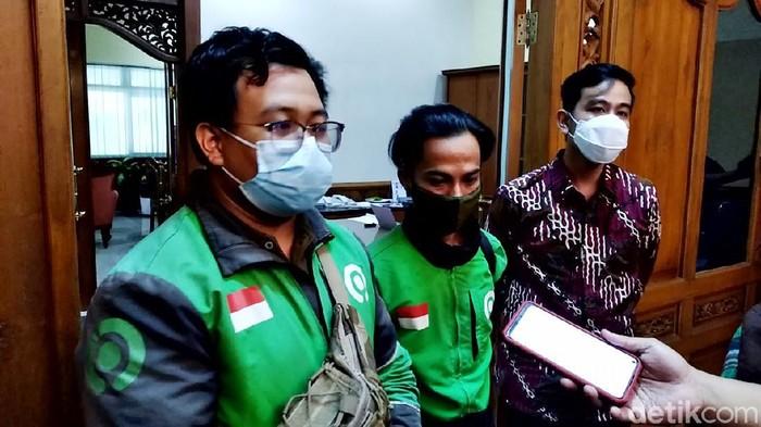 Wali Kota Solo Gibran Rakabuming Raka bertemu dengan driver ojek online (ojol) yang viral sempat jadi tersangka usai mengantar pesanan miras.