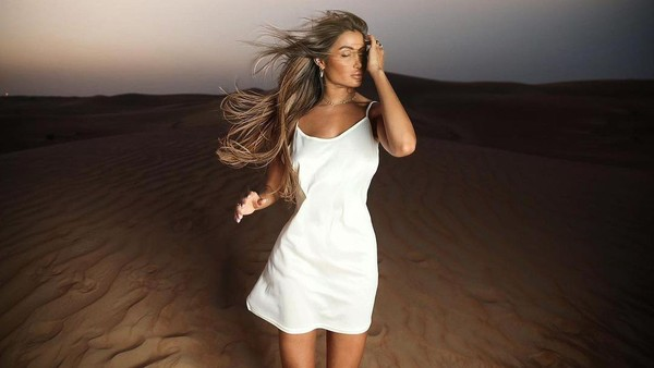 Oceane kerap menjalani photoshoot di berbagai destinasi eksotis, salah satunya gurun pasir Dubai ini. Profesinya sebagai model membuat dia kerap bepergian ke mana-mana. (Oceane El Himer/Instagram)