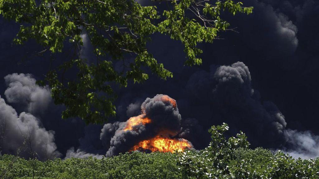Penampakan Kepulan Asap dari Pabrik Kimia yang Meledak di AS
