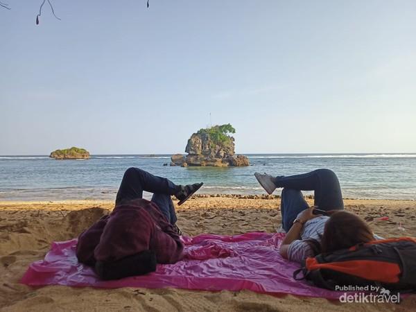 Santai Bersama Kawan Menikmati View Lautan