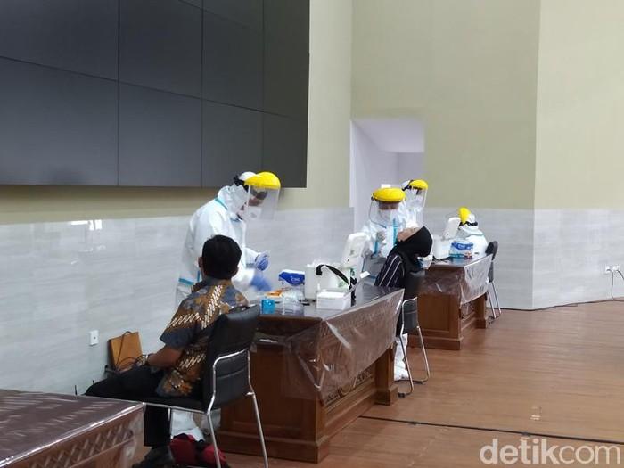 Pelaksanaan tes Corona terhadap peserta gathering mahasiswa program studi Teknik Sipil Universitas Tidar (Untidar) Magelang di Aula dr HR Suparsono, Selasa (15/6/2021).