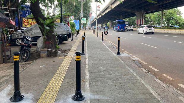 Pembatas di trotoar depan Halte Kayu Putih Rawasari, Jakarta Pusat sudah terpasang.