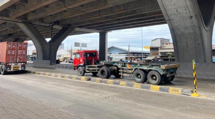 Pembatas Jalan di depan Halte Bus Airin di Jl Raya Cilincing telah dipasang rambu.