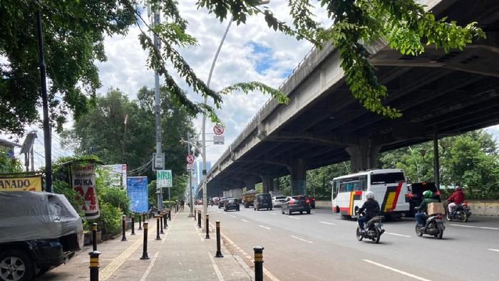 Pembatas telah dipasang di trotoar depan Halte Kayu Putih Rawasari, Jakarta Pusat.