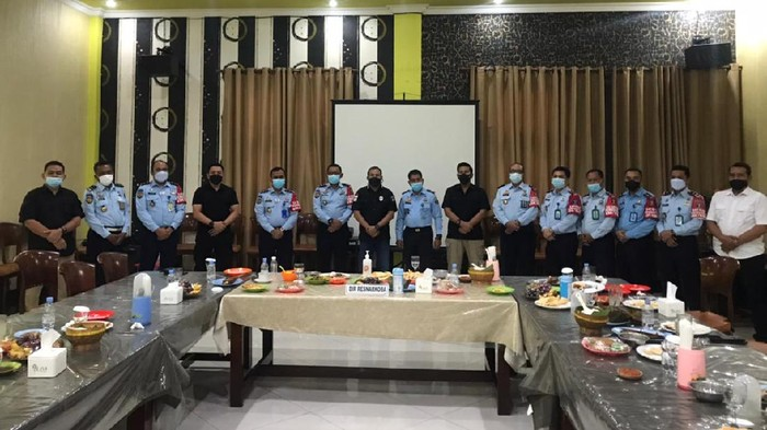 Polisi dan KemenkumHAM Jatim tengah mempersiapkan Kampung Tangguh Bersinar (bersih narkoba). Seperti namanya, program ini bertujuan untuk memberantas peredaran narkoba di masyarakat, khususnya dari dalam lembaga pemasyarakatan (lapas).