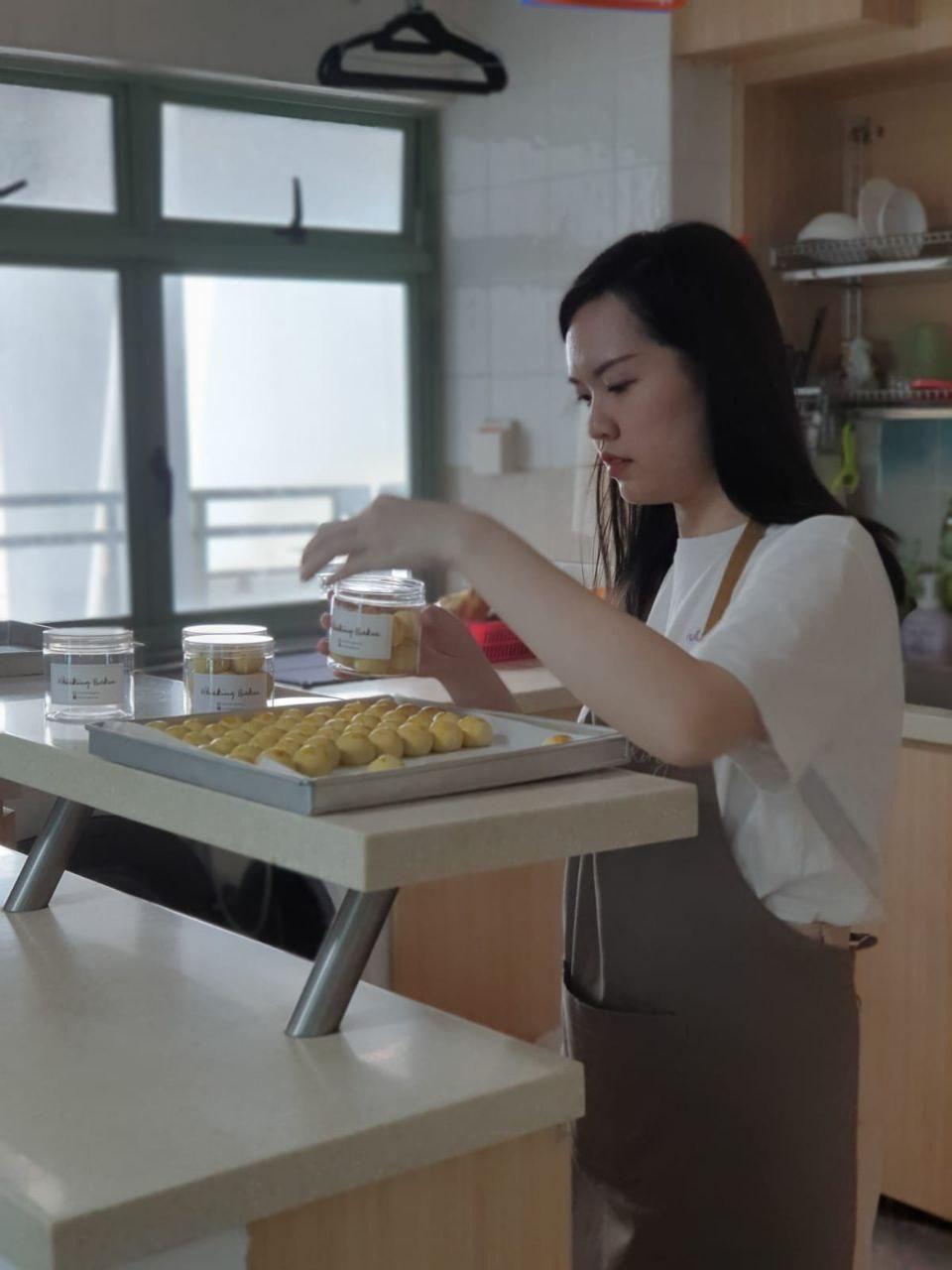 Pramugari Cantik Kena PHK, Kini Sukses Jualan Kue