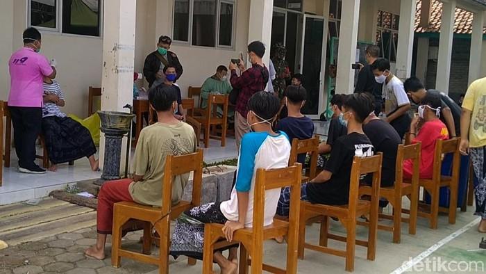 Ponpes Syafi'i Akrom di Kota Pekalongan, Jawa Tengah saat ini dilakukan lockdown lokal usai menggelar Haflah Akhirussanah, Senin (14/6) malam.