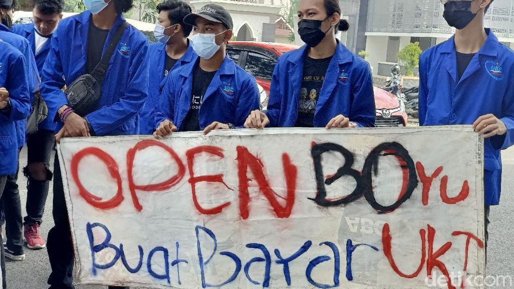 Demo Rektor UBP Karawang, Mahasiswa Bawa Spanduk: Open BO Yu Buat Bayar UKT