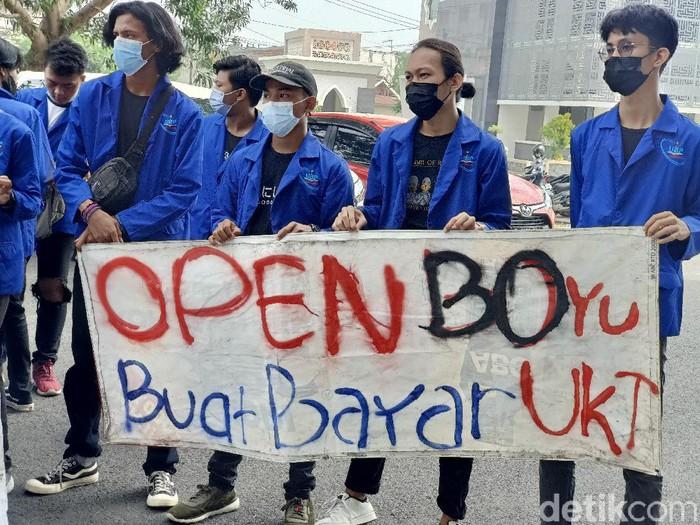 Ratusan mahasiswa UBP Karawang protes tak bisa ikut ujian gegara tunggakan UKT
