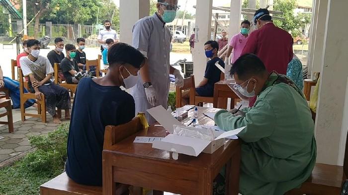 Santri di Ponpes Syaii Akrom Kota Pekalongan dites swab antigen usai acara Haflah Akhirussanah. Usai acara itu ada puluhan santri reaktif sehingga Ponpes Syafii Akrom dilockdown lokal, Selasa (15/6/2021).