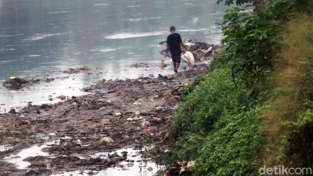 Melihat Penyusutan Air Sungai Citarum