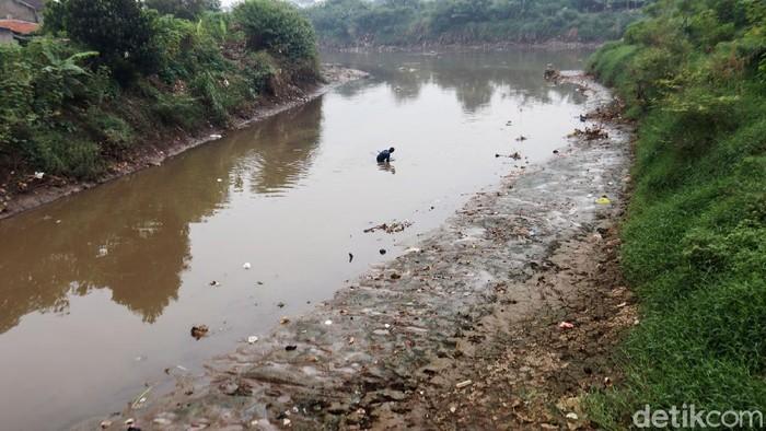 Volume air menyusut, sedimentasi muncul dialiran Sungai Citarum, Kabupaten Bandung. Pemandangan ini terlihat di Jembatan Dayeuhkolot, Selasa (15/6/2021).