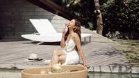 Selalu Kece, 10 Potret Jessica Mila Saat Ngopi hingga Floating Breakfast
