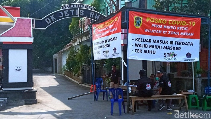 Suasana sepi tampak di Desa Tijayan, Kecamatan Manisrenggo, Klaten, Jawa Tengah, Selasa (15/6/2021).