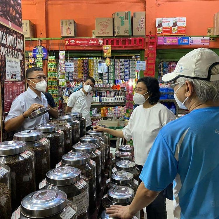Sri Mulyani Belanja di Pasar Santa