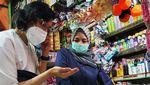 Sri Mulyani Blusukan Jelaskan Sembako di Pasar Tak Kena PPN