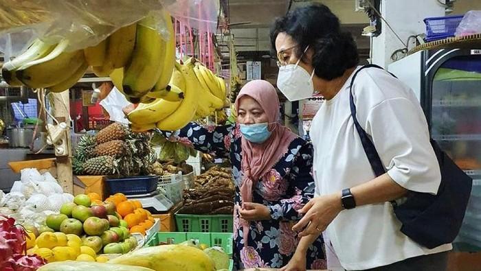 Di tengah memanasnya perhatian publik terkait rencana pengenaan pajak pertambahan nilai (PPN) terhadap barang kebutuhan pokok atau sembako, Menteri Keuangan Sri Mulyani Indrawati langsung terjun ke pasar untuk menemui pedagang. Pasar Santa di Kebayoran Baru, Jakarta Selatan dipilih jadi tujuannya kali ini.