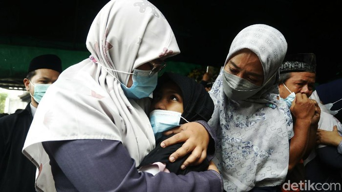 Jenazah Markis Kido disemayamkan di rumah duka di Jaka Setia, Kota Bekasi, Jawa Barat. Suasana haru pun menyelimuti rumah duka.