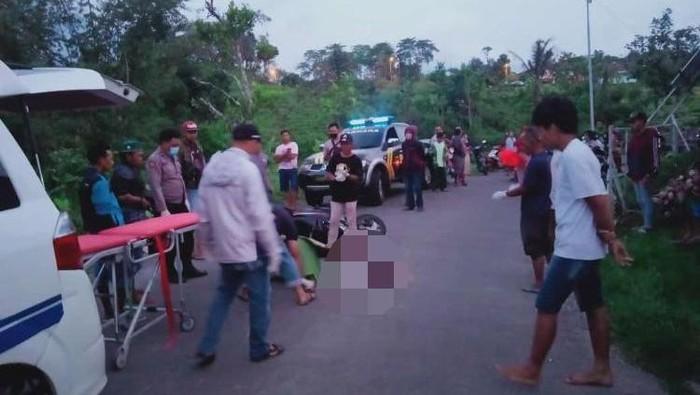 Seorang pak ogah tewas setelah menjadi korban tabrak lari di Jalan Raya Desa Cepokolimo, Pacet, Mojokerto. Korban tertabrak truk tangki yang sengaja dia kejar gara-gara hampir menyenggol dirinya saat mengatur lalu lintas.