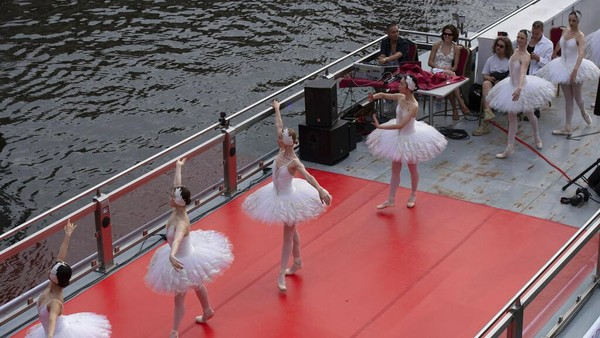 Para balerina menari di atas kapal boat menyusuri Sungai Spree, Berlin.