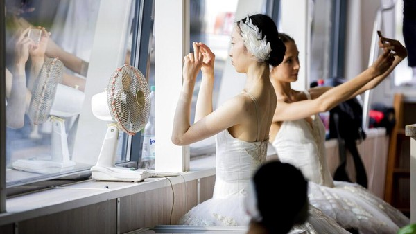 Penampilan para balerina ini menjadi salah satu hiburan selama tur pusat kota.