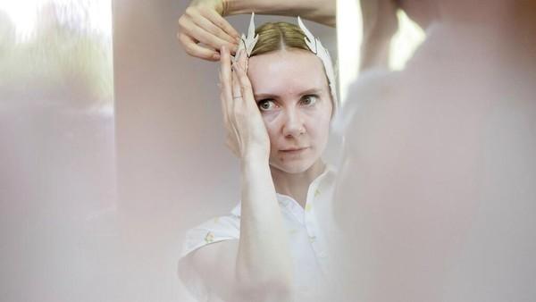 Penari dari Berlin State Ballet meletakkan bulu angsa di rambutnya sebelum tampil di atas kapal di Berlin, Jerman.