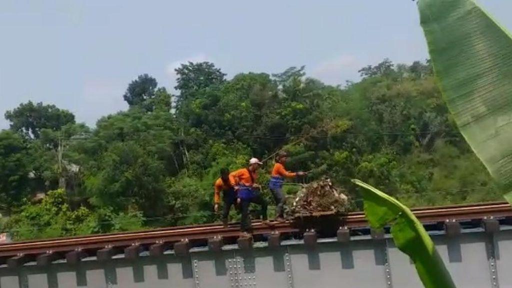 Parah! Petugas Kebersihan Buang Sampah ke Sungai Cianjur