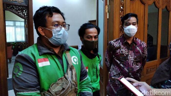 Wali Kota Solo Gibran Rakabuming Raka temui driver ojol yang viral jadi tersangka usai antar pesanan dus isi miras. Pertemuan digelar di Balai Kota Solo, Selasa (15/6/2021).