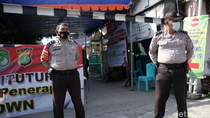 Lockdown lokal diberlakukan di RT 02, RW 025, Kelurahan Pejuang, Medansatria, Kota Bekasi. Lockdown dilakukan karena terdapat 47 warga di RT tersebut positif COVID-19.