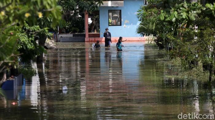 Banjir merendam Perumahan Pondok Hijau Permai, Bekasi Timur, Kota Bekasi, Jawa Barat. Banjir ini disebabkan hujan deras yang terjadi pada Selasa, 15 Juni 2021.