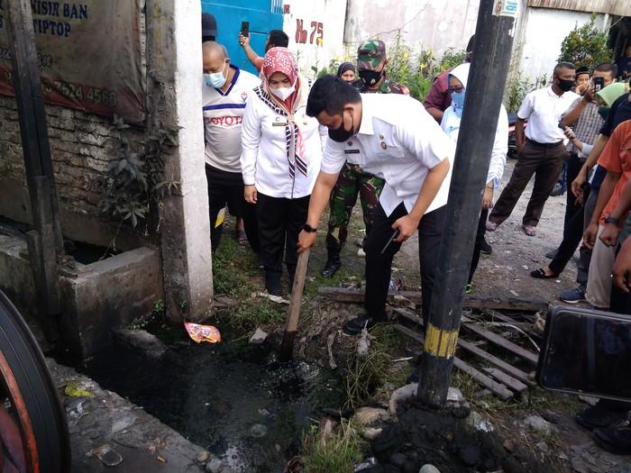 Bobby saat sidak cek lumpur di parit yang mampet di Medan (Datuk-detikcom)