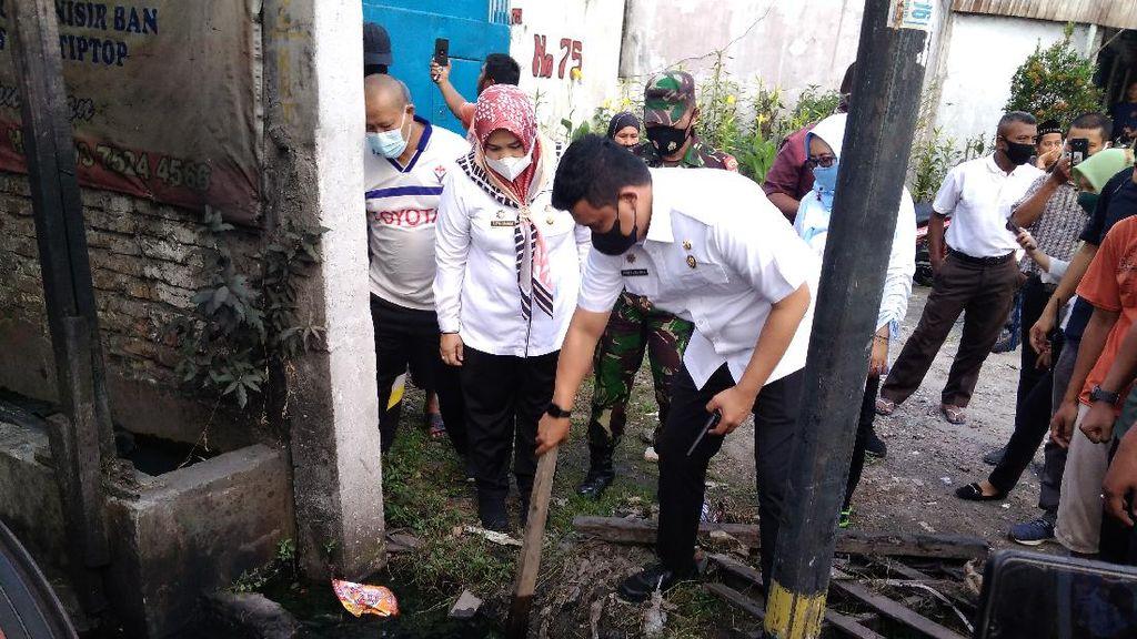 Cek Lumpur Penyumbat Parit, Bobby Janji Bongkar Total Drainase di Medan