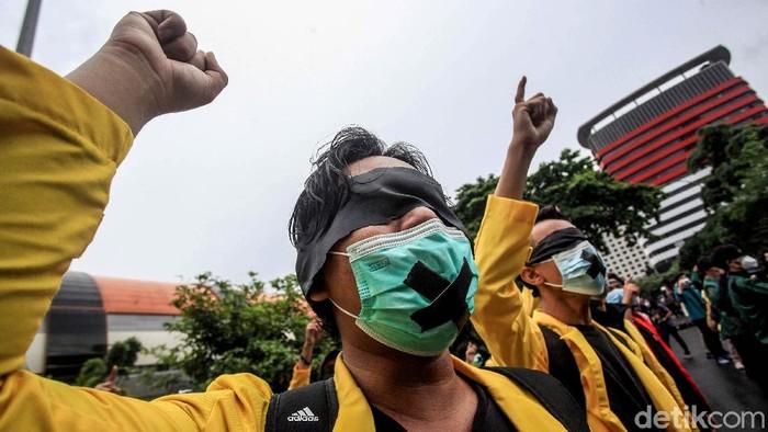 Sejumlah mahasiswa dari Aliansi BEM Seluruh Indonesia gelar aksi selamatkan KPK. Aksi itu digelar sebagai respon pelaksanaan TWK yang dinilai lemahkan KPK.