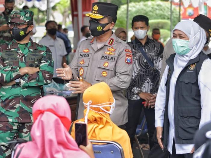 Forkopimda Jatim berkunjung ke Sampang, Madura. Kunjungan ini untuk memantau dan memastikan vaksinasi COVID-19 massal di Sampang berjalan dengan baik.