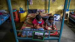 Sebuah sekolah di pinggiran Mumbai diubah menjadi rumah sakit bagi pasien COVID-19. Hal ini sebagai buntut dari kasus COVID-19 di India yang masih tinggi.