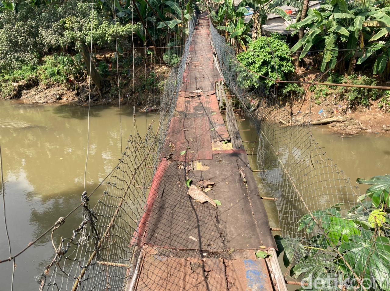 Jembatan gantung bak film 'Indiana Jones' di Srengseng Sawah Jaksel-Depok, 16 Juni 2021. (Annisa Rizky Fadhila/detikcom)