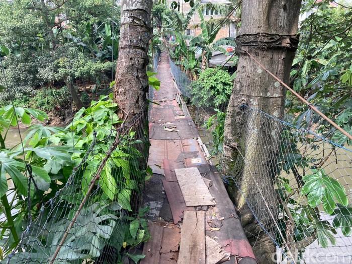 Jembatan gantung bak film Indiana Jones di Srengseng Sawah Jaksel-Depok, 16 Juni 2021. (Annisa Rizky Fadhila/detikcom)