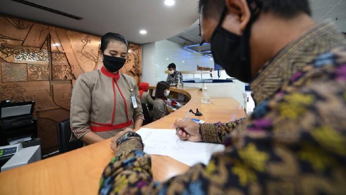 Teller melayani nasabah untuk bertransaksi di Kantor PT Bank Tabungan Negara (Persero) Tbk (BTN) Cabang Harmoni, Jakarta, Rabu (16/6/2021). Bank BTN berfokus bagaimana penyaluran dana PEN dapat mendorong industri pembangunan perumahan dapat terus bergerak dalam rangka mendongkrak ekonomi nasional dan masyarakat tetap dapat memiliki rumah di masa pandemi COVID-19.  Dana PEN yang ditempatkan di Bank BTN salah satunya telah disalurkan dalam bentuk  subsidi bunga KPR  dan UMKM dengan jumlah kurang lebih mencapai 1,15 juta debitur dengan nilai sekitar Rp2,49 triliun.